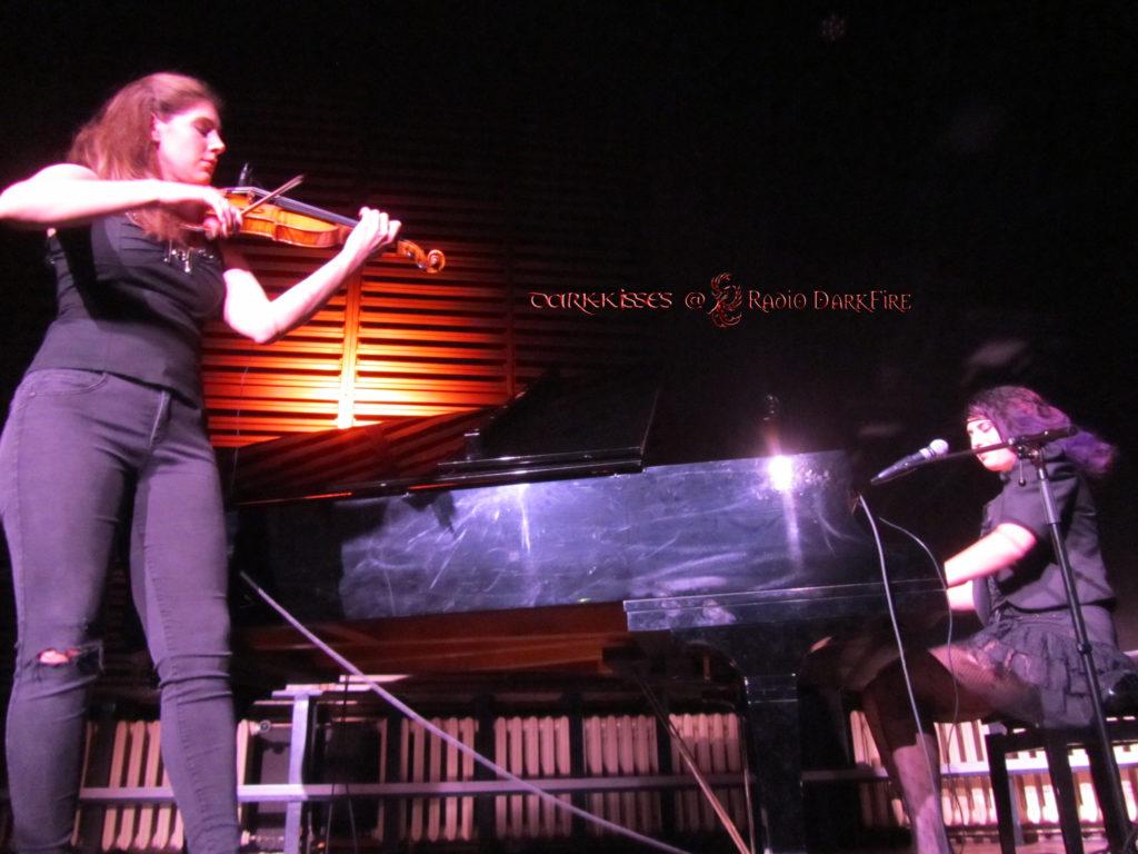 Moran Magal (Piano) und Sky Kilaw (Violine) beim Jubiläum zum zehnjährigen Bandbestehen von Vadot